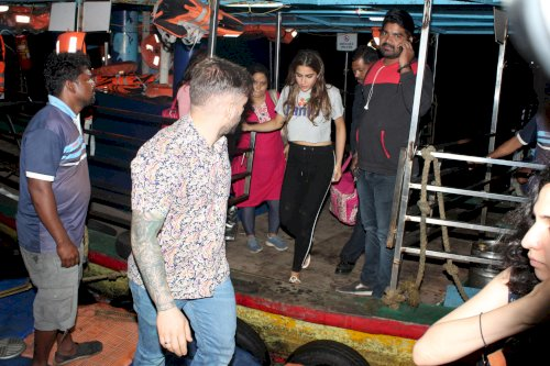 Sara Ali khan spotted at Versova Jetty. /Pic by News Helpline