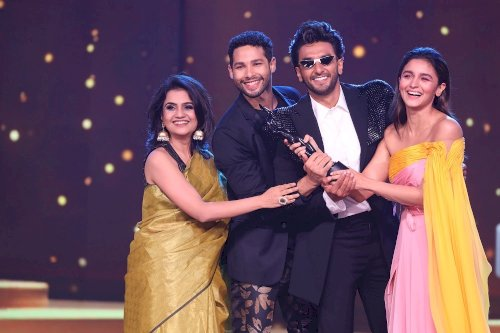 65th Amazon Filmfare Awards 2020 - Gully Boy cast winners pose with The Black Lady.